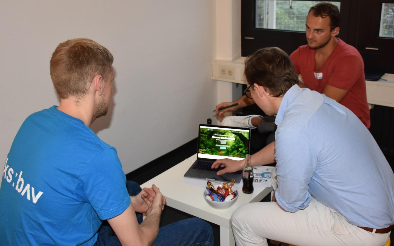 Werner und Andre von allesmeins zeigen Tester Tom (links) ihr neuestes Produkt (Bild: Cliqz).
