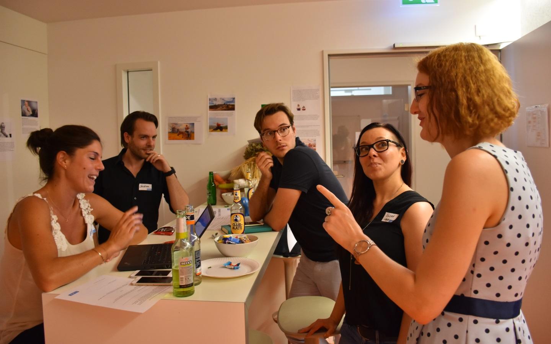 Susan und Luise vom Testessen-Organisationsteam (r.) im Austausch mit Britta, Christian und Sebastian von DriveNow (Bild: Cliqz).