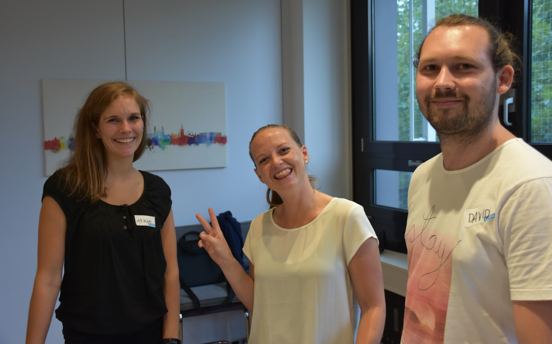 Anna, Olivia und David von maxdome freuen sich auf den nächsten Tester (Bild: Cliqz).