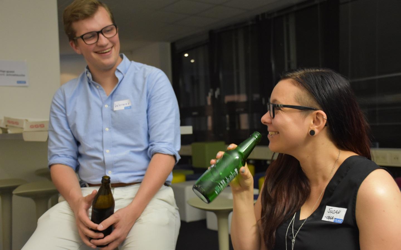 Geschafft! Werner von allesmeins und Susan vom Orgateam gönnen sich ein wohlverdientes Feierabendbierchen (Bild: Cliqz).